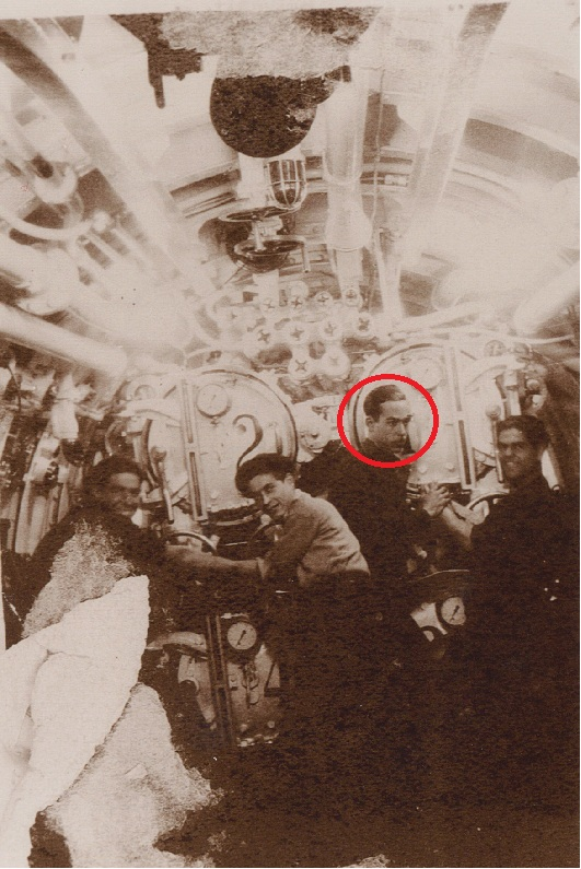 Joaquín Ruíz Baeza en la sala de torpedos con otros tres compañeros (16/08/1936)